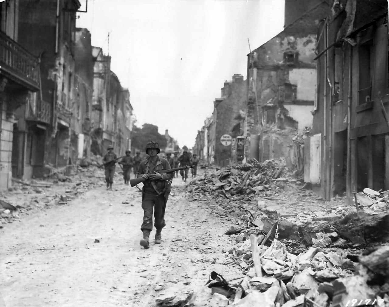 Advance Guard of US 29th Infantry Division entering St. Lo ...