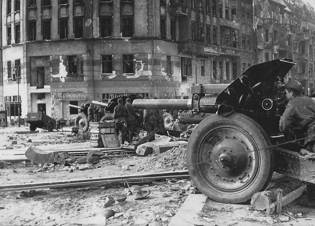 Berlin 1945 soviet artillery