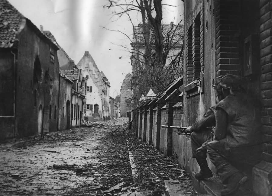 British Army in Kranenburg Niederhein Muhlenstrasse soldier with Bren Gun MG 16 4 1945
