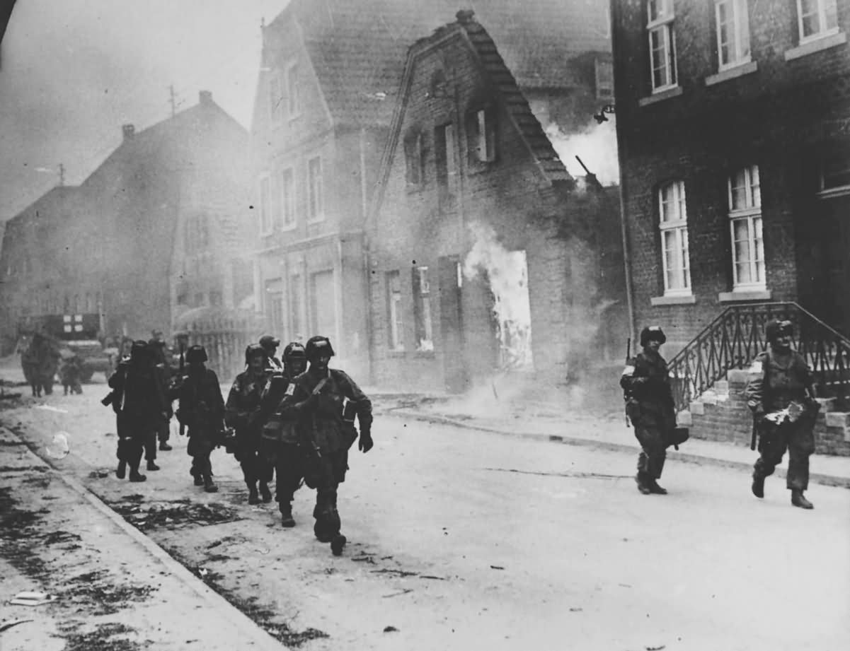 US Airborne Troops Advance On Münster 1945