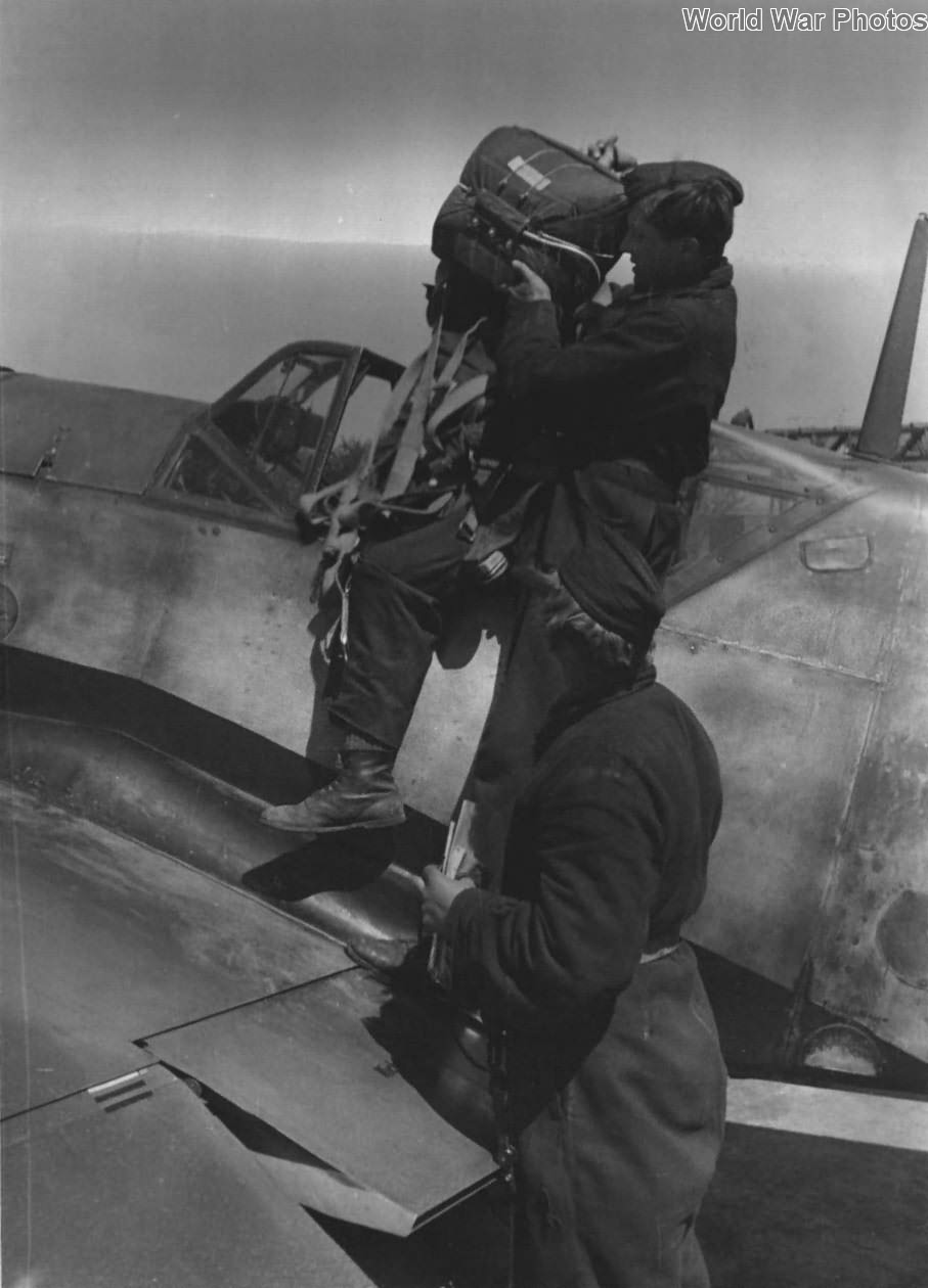 Bf 109 ground crew with parachute