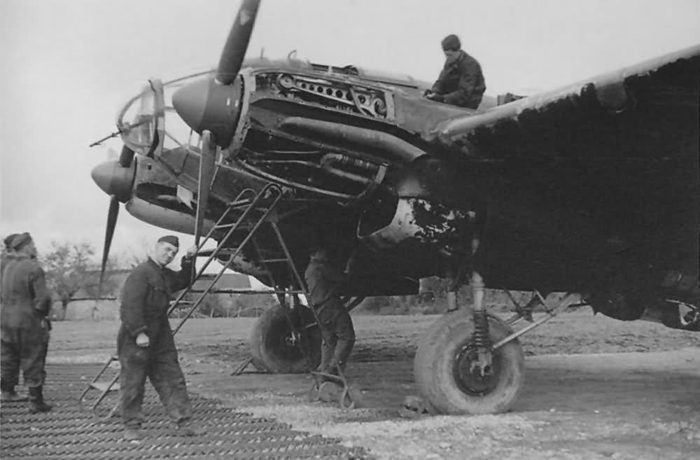 He111_2.KGr_100_in_Vannes_France_1941_le