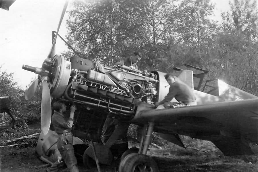 Messerschmitt Bf109F yellow 1 3.JG 54 engine 1941