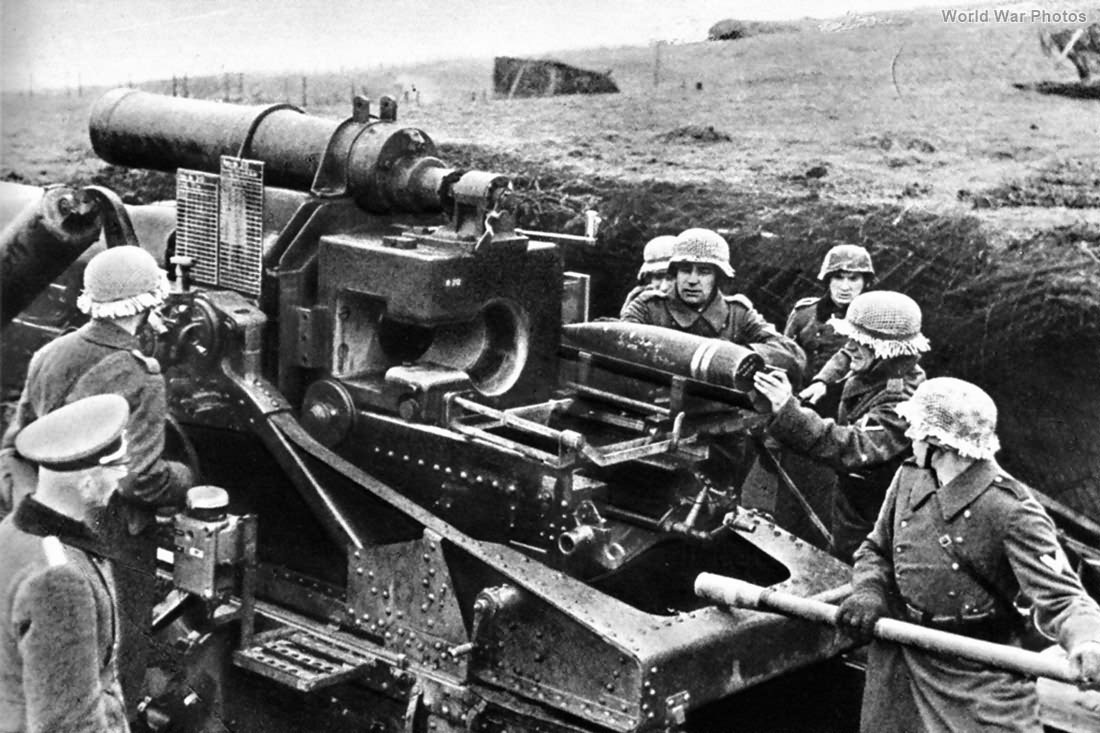 Crew with 17 cm Kanone 18 in Morserlafette