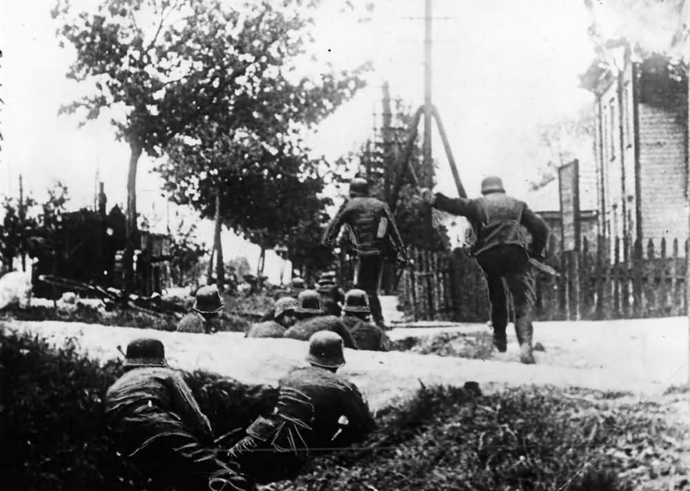 German Troops in Action During Street Fighting in Kovno 1941 Unternehmen Barbarossa