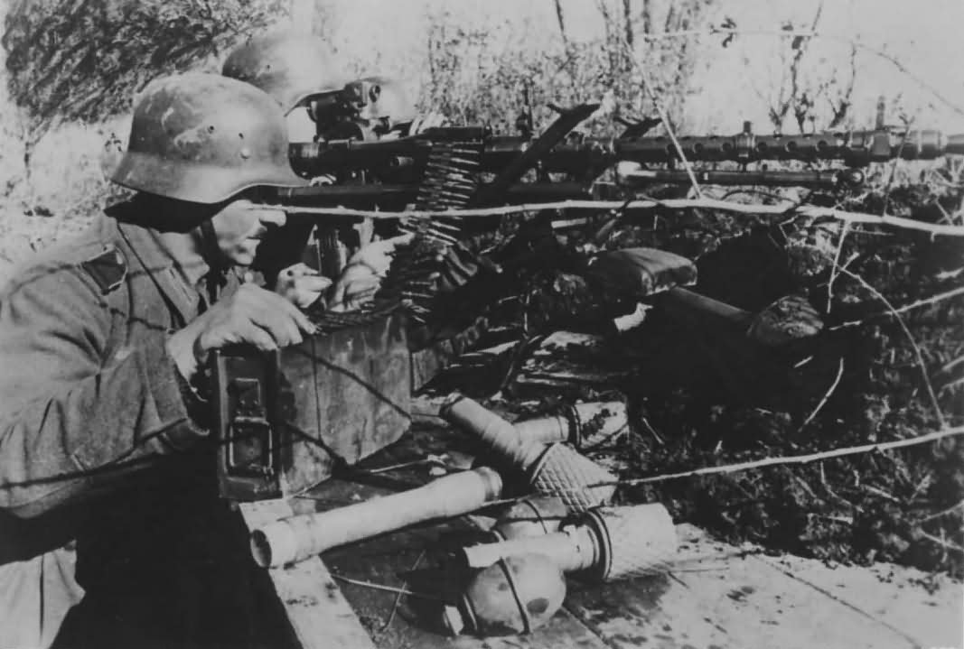 German soldiers with machine gun MG 34