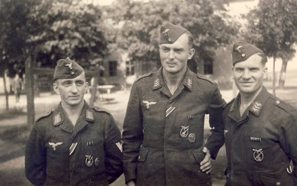 Luftwaffe soldiers with Flakkampfabzeichen