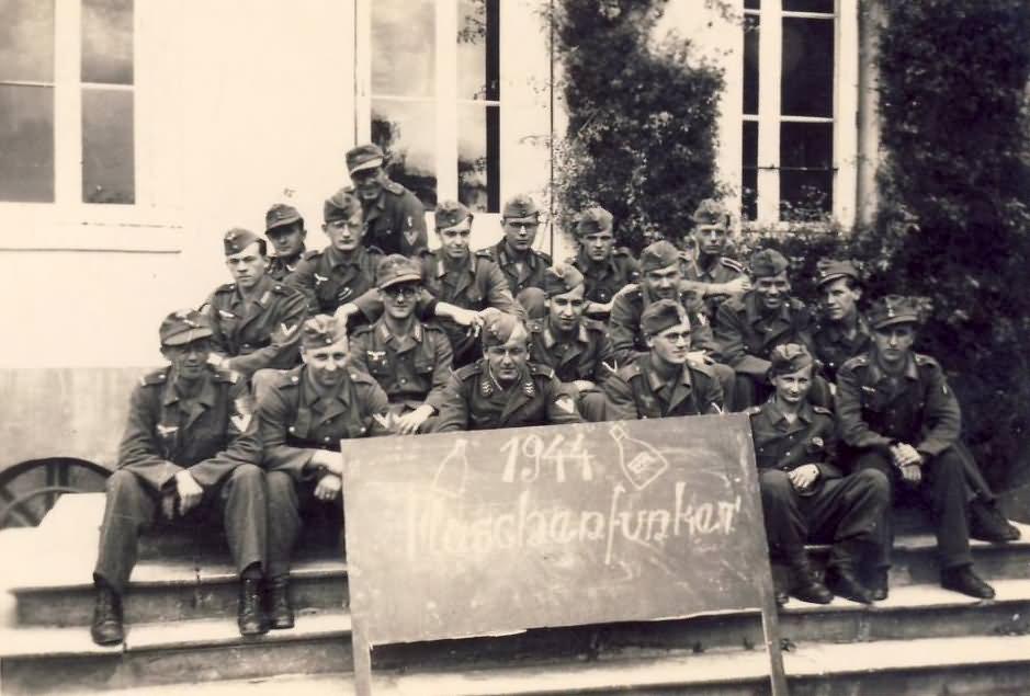 Wehrmacht soldiers 1944 Maschenfunker