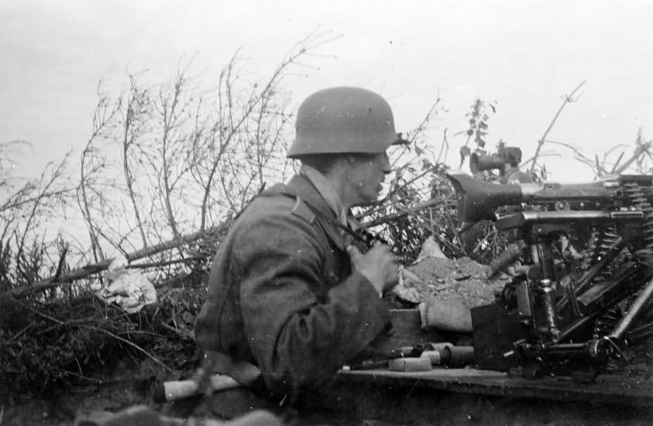 wehrmacht soldier with a machine gun MG34