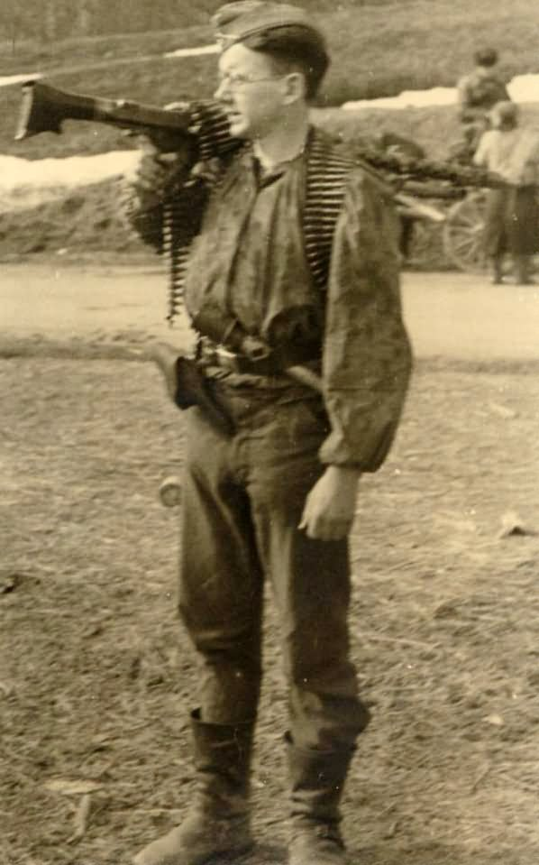 Wehrmacht soldier with MG34 2