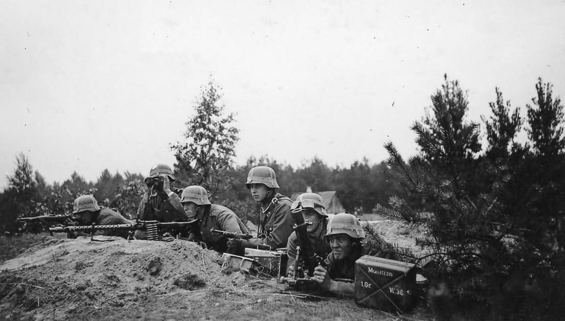 wehrmacht soldiers with a machine gun MG 34 and mortar