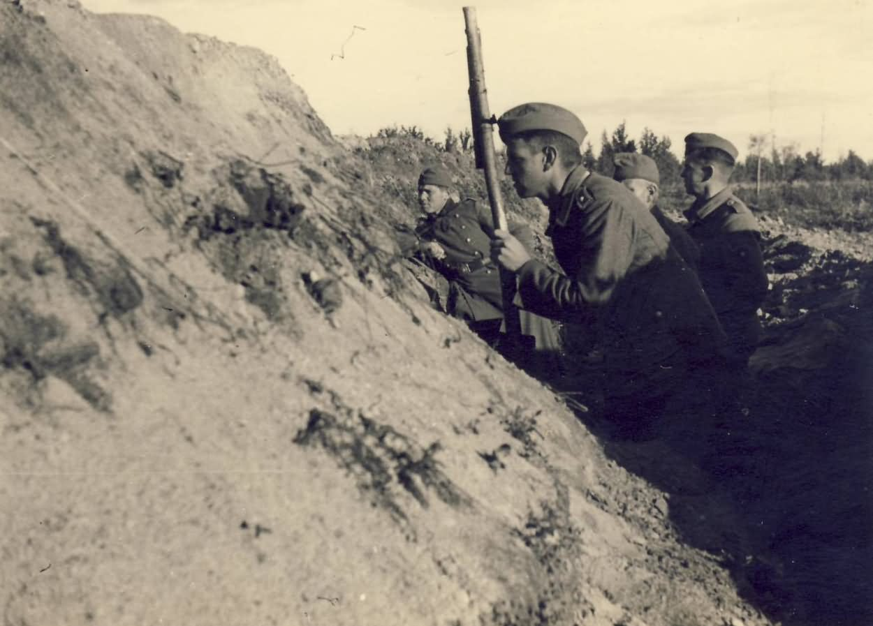wehrmacht troops in trench russia