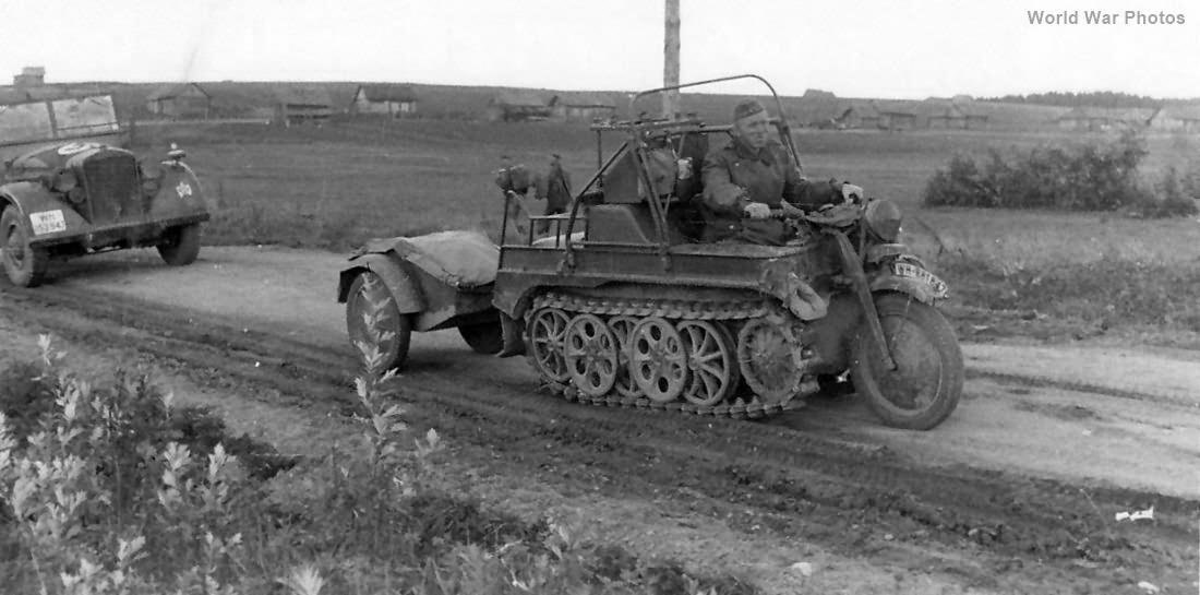 Le SdKfz 2, plus connu sous les noms de Kleines Kettenkraftrad HK 101 ou Kettenkrad . Kettenkrad_Sonderanhanger
