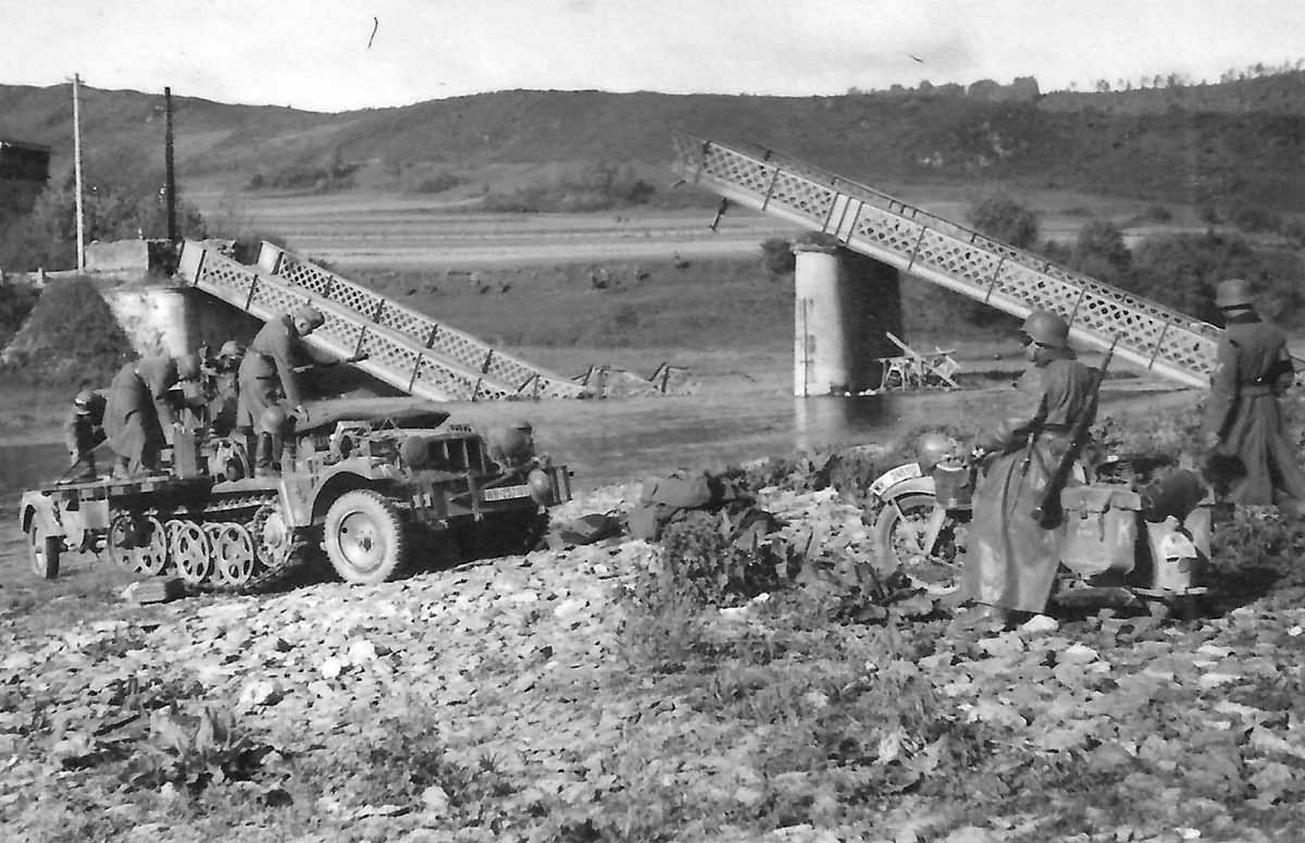 Sd.Kfz. 10/4 Donchery Maas France 1940