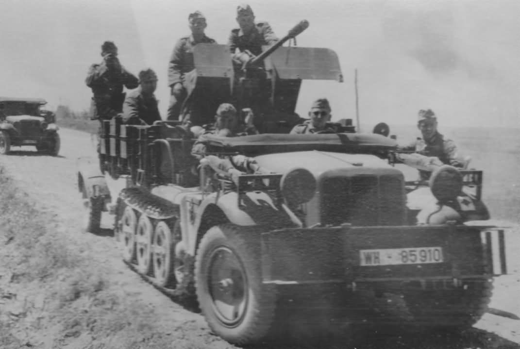 SdKfz 10/4 with flak WH-85910