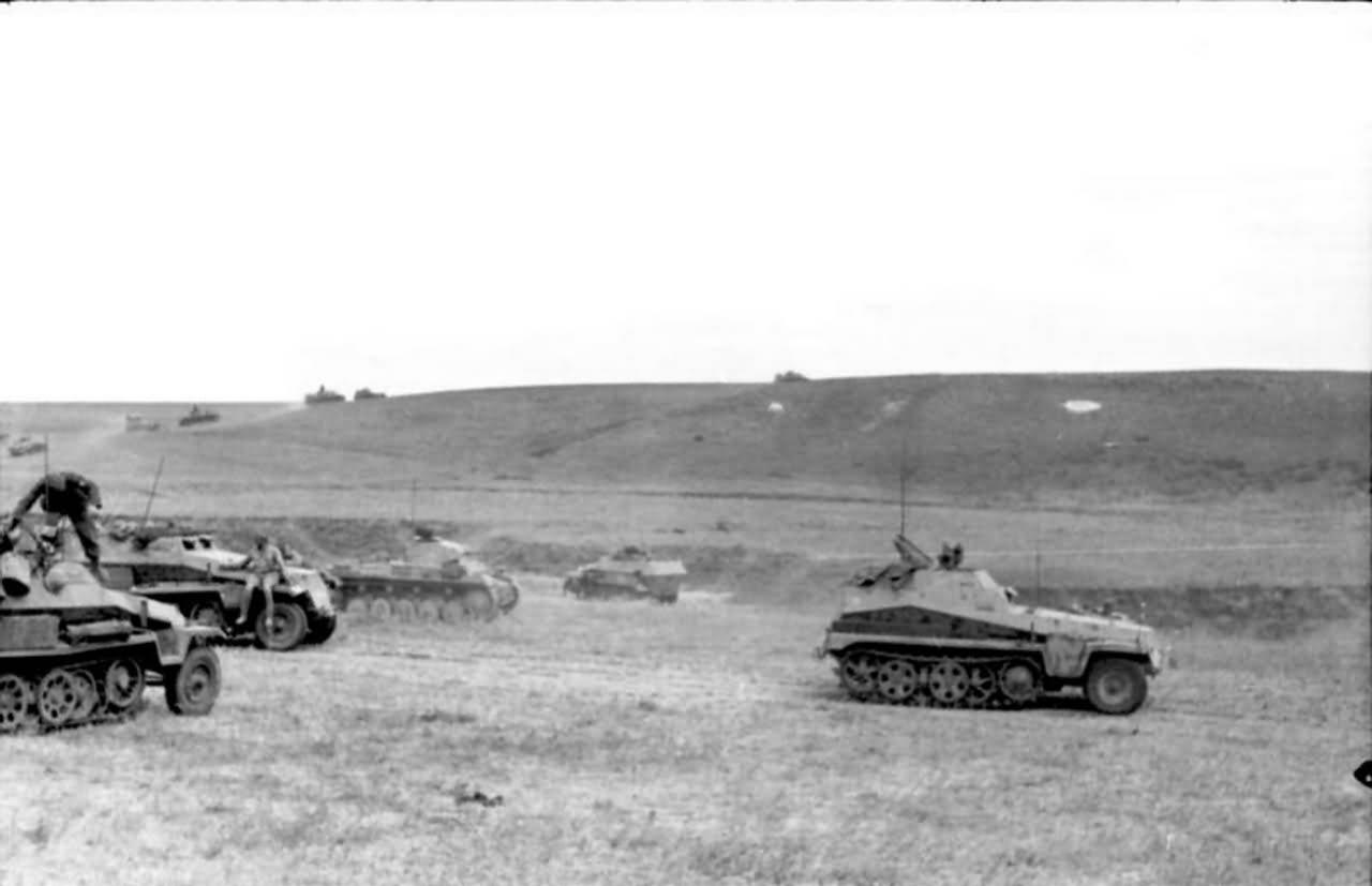 SdKfz 250/9 leichter Schützenpanzerwagen and Panzer II eastern front south 1942