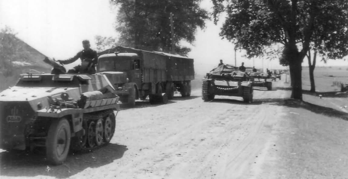 Column of Sturmgeschutz III and SdKfz 250 Ostfront