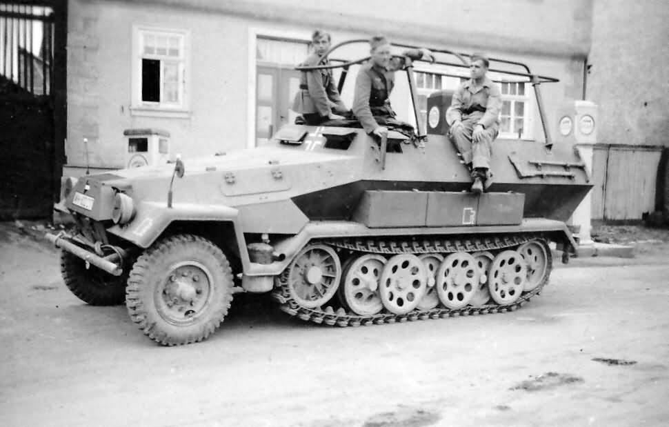 SdKfz 251/3 Ausf B Funkpanzerwagen