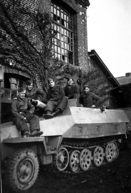 SdKfz 251/9 Ausf D Stummel crew