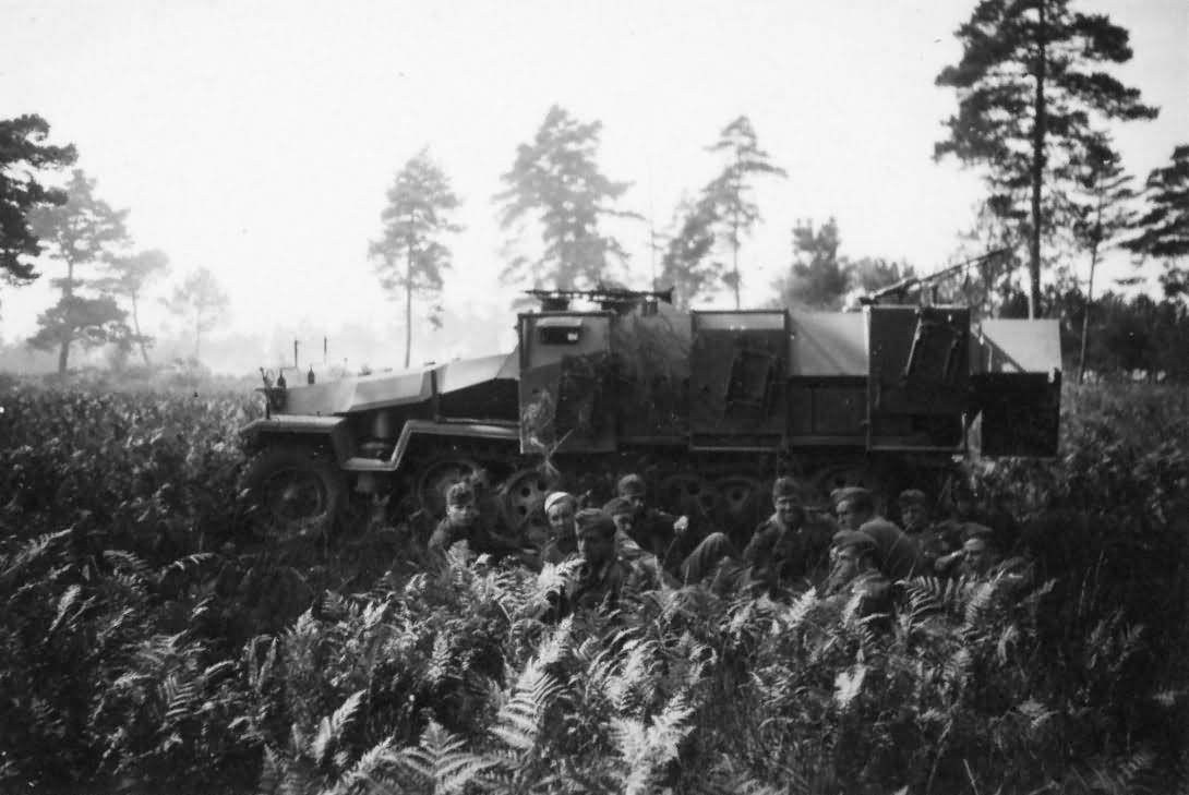 SdKfz 251 Stuka zu Fuss Rocket launcher