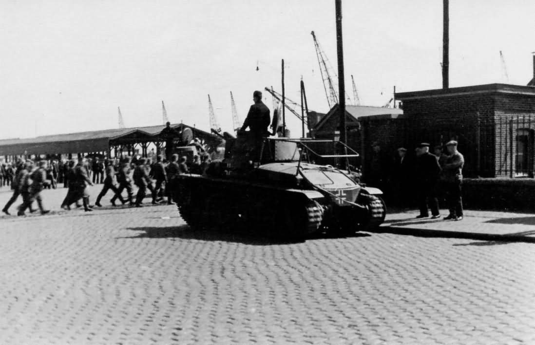 Befehlspanzer 35(t) with Rahmenantenne on the street – 1940