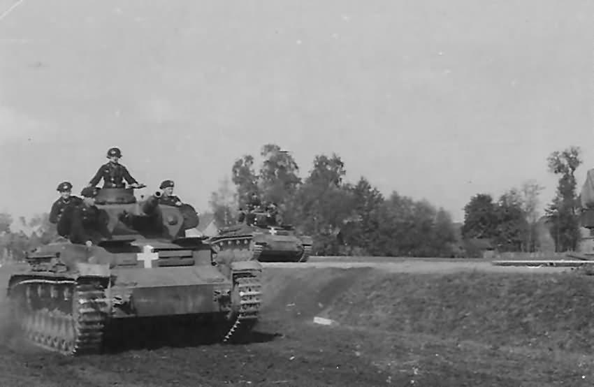 German_tanks_Panzer_IV_Ausf_C_near_Sochaczew_Poland_1939.jpg