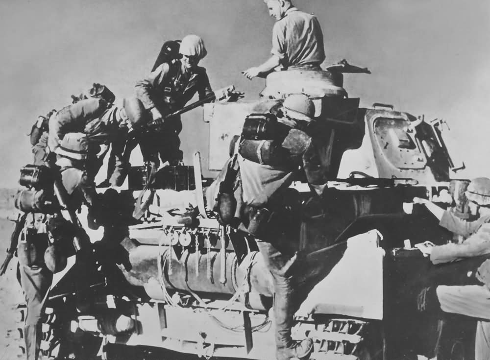 Panzer_IV_and_soldiers_of_Afrika_Korps.jpg