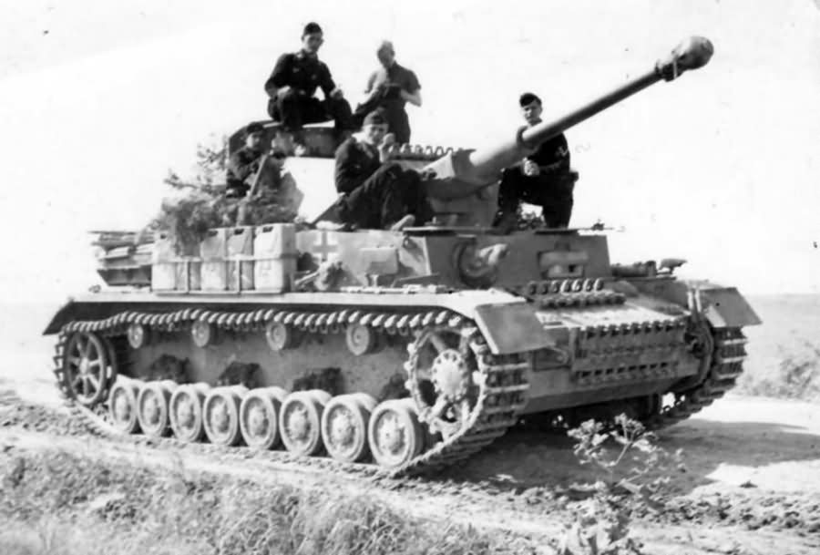 Pz.Kpfw IV ausf F2 and crew