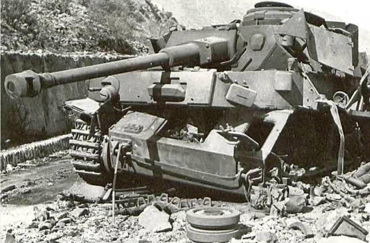 Destroyed panzer iv tank lang 40 world war photos for Schlafsofa 2 m lang