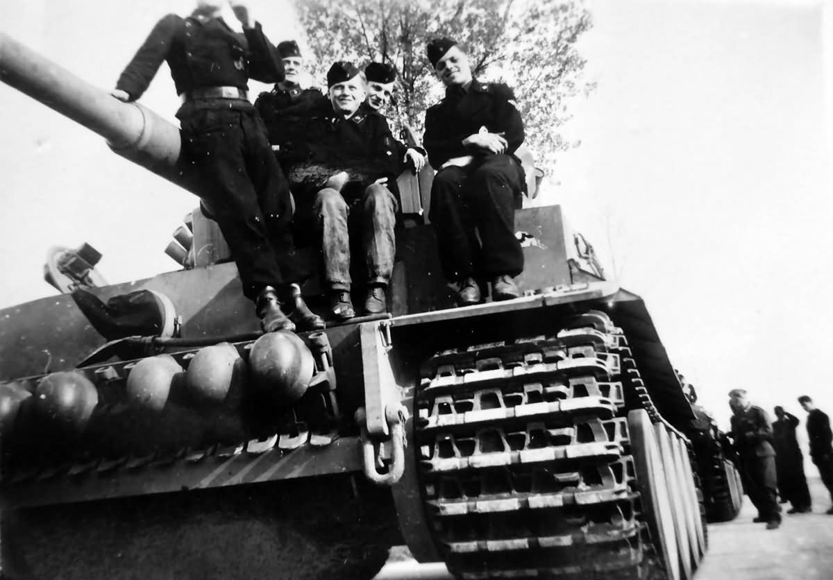 Early Tiger tank 223 and crew of the schwere panzerabteilung 505