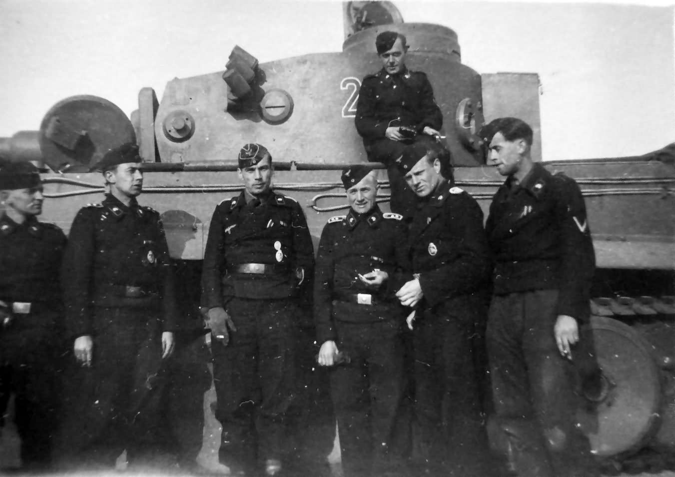 Early Tiger tank and crew of the schwere panzer abteilung 505