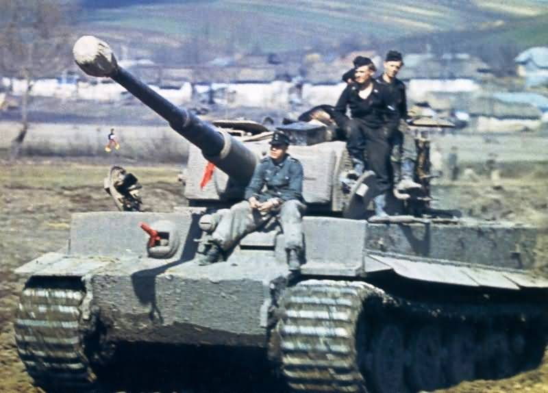 Panzer VI Tiger of Schwere Panzer Abteilung 506 with its crew color photo 2