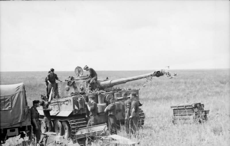"""Crew loading ammo into """"Tiger"""" of the Schwere Panzer Abteilung 503, tank number 123"""