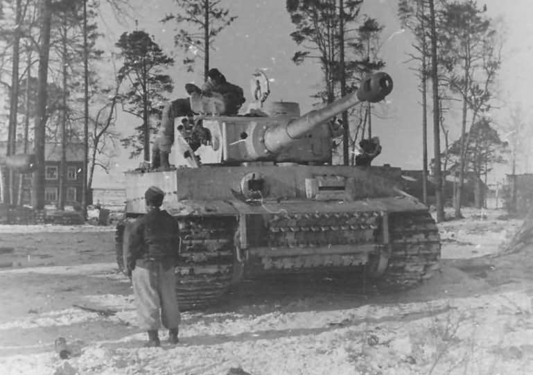 Early production heavy tank Tiger I of Schwere Panzer Abteilung 502, commander Lt. Meyer – front view winter camouflage eastern front