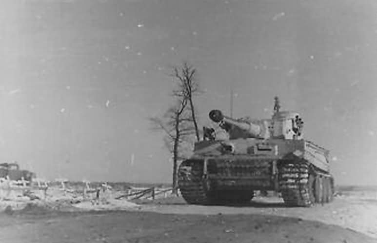 Early production Tiger I of Schwere Panzer Abteilung 502, commander Lt. Meyer – winter camouflage eastern front