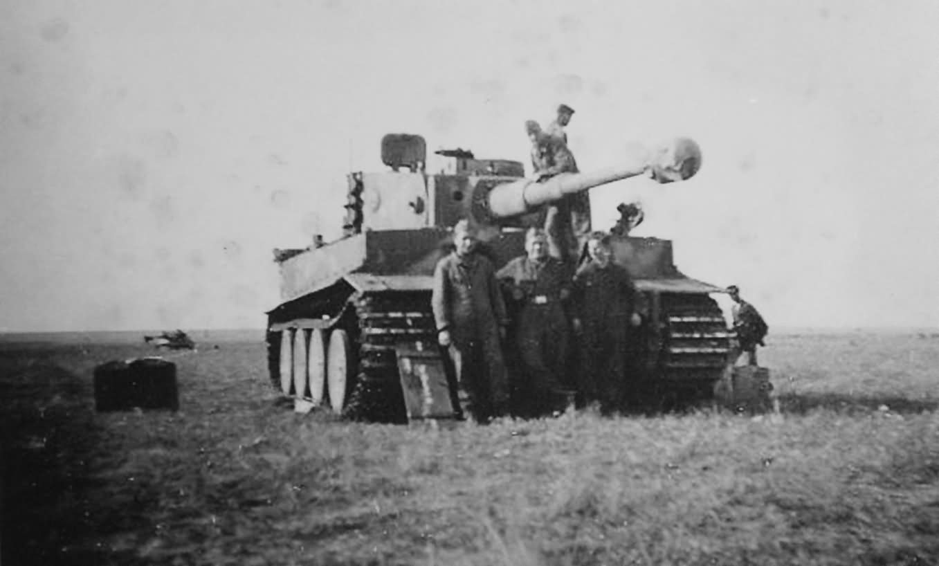 Crew and Tiger I number 321 of schwere Panzer Abteilung 505 – Eastern Front 1943