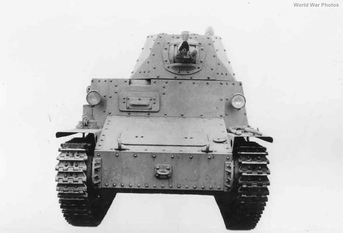 Italian light tank L6/40 3