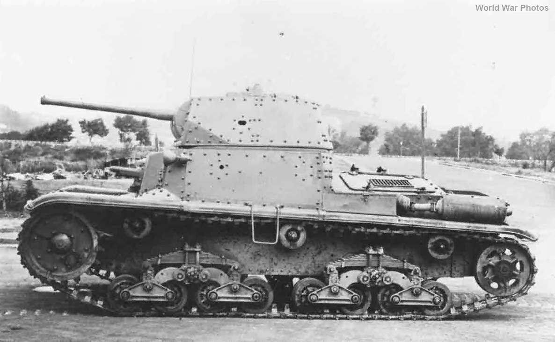 Italian medium tank M15/42 left side