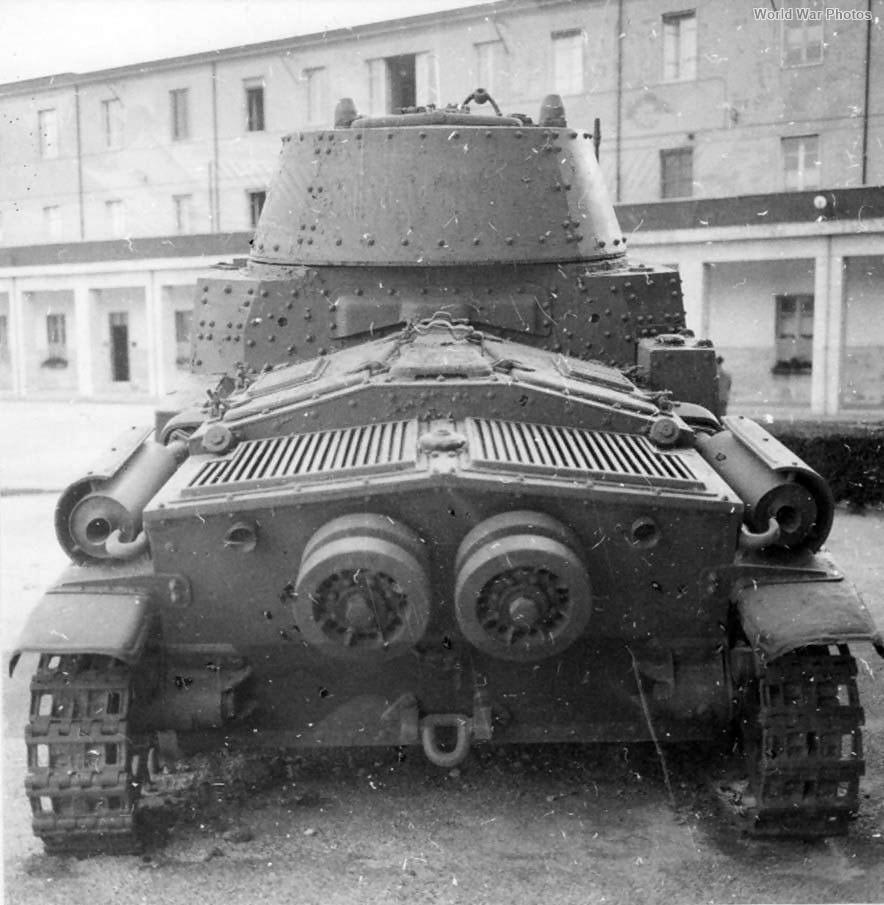 Carro armato M15/42 rear view