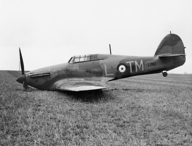 [ARMA HOBBY] Hurricane Mk I metal wing 1/72 -- 73sq Flight B James DENIS (FINI) - Page 8 Hurricane_Mk_I_L1951_TM-L_of_No_504_Squadron_field_near_Great_Yarmouth_2_April_1940