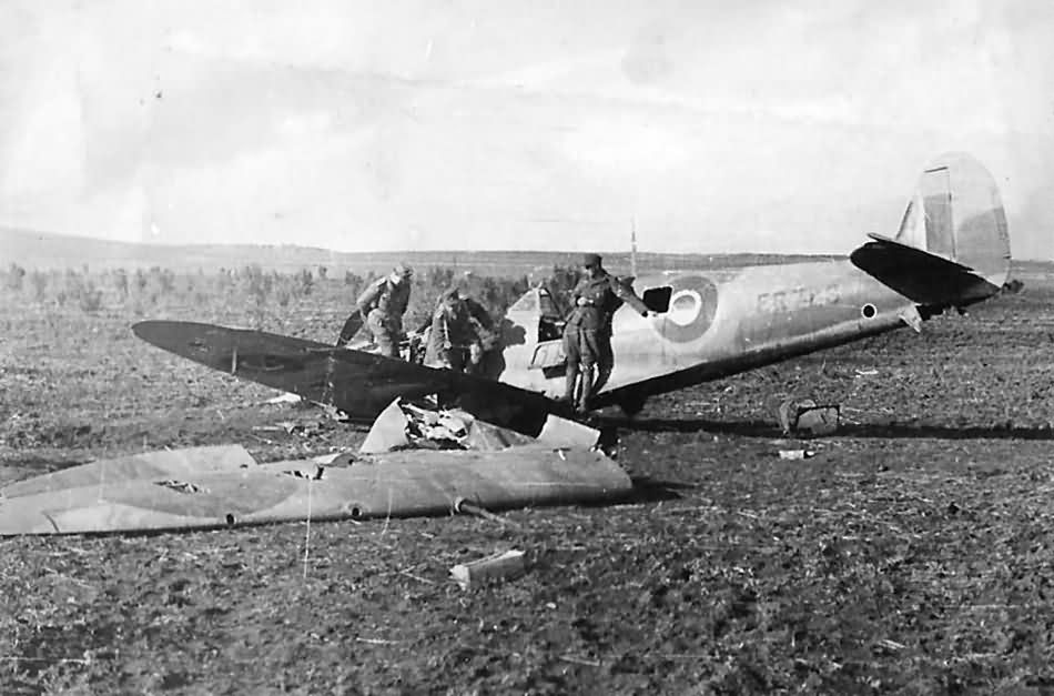 Crashed Supermarine Spitfire and DAK soldiers 1943