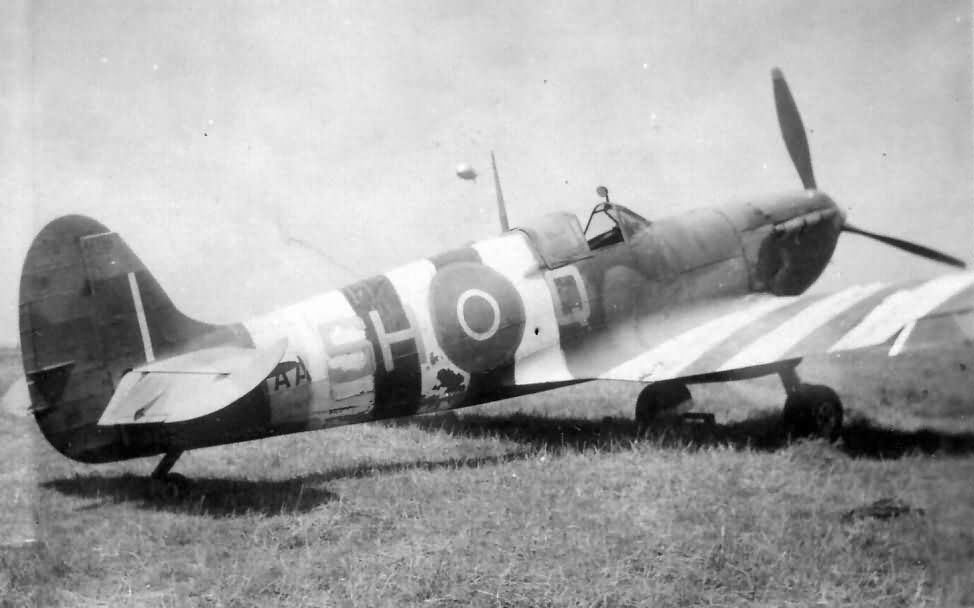 https://www.worldwarphotos.info/wp-content/gallery/uk/raf/spitfire/Spitfire_of_No._64_Squadron_RAF_with_Invasion_Stripes_Normandy_June_1944.jpg