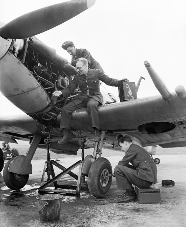 ground_staff_610_squadron.jpg