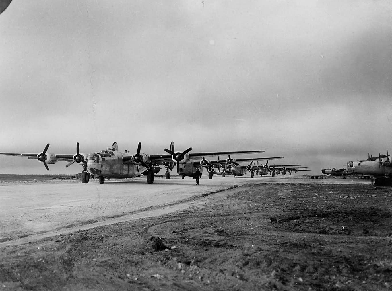 Naughty November Bombing run! - Page 3 460th_Bomb_Group_760th_BS_B-24_Liberators_Take_Off_Spinazzola_Italy