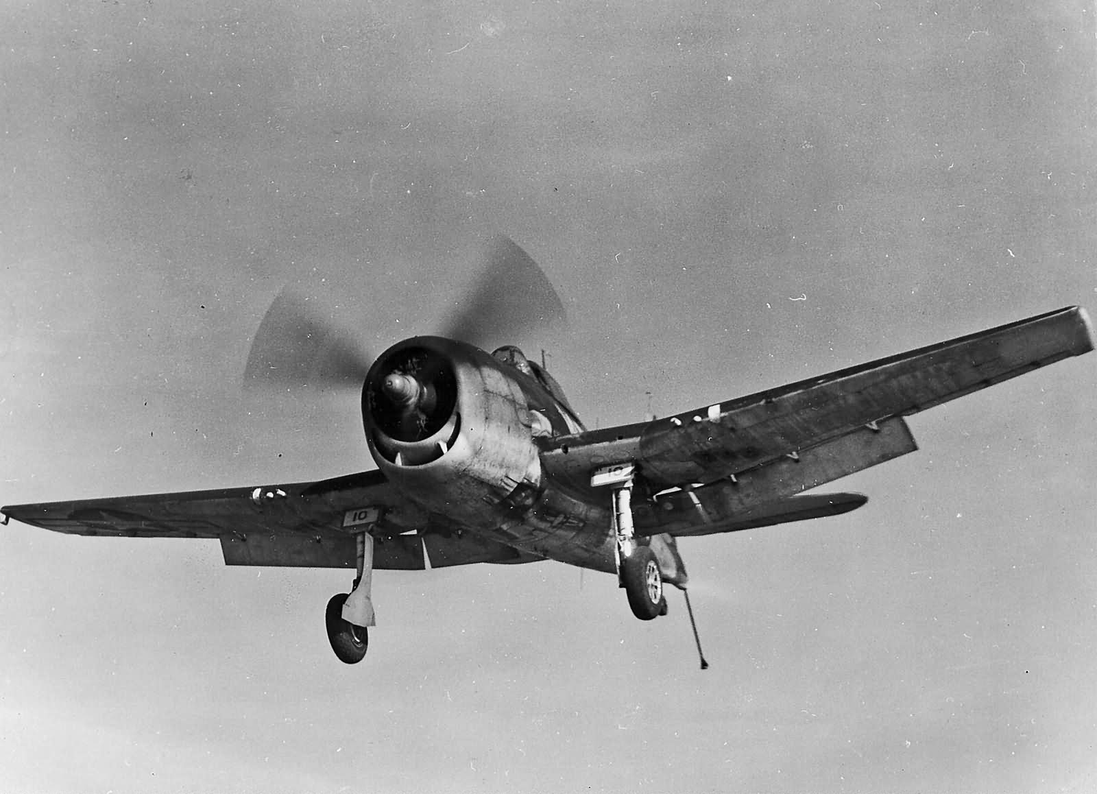F6F-3_Hellcat_10_of_VF-15_on_final_appro