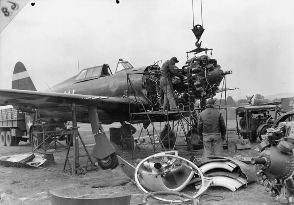 mechanics_removing_the_engine_from_a_P-47_at_Duxford_September_1943.jpg