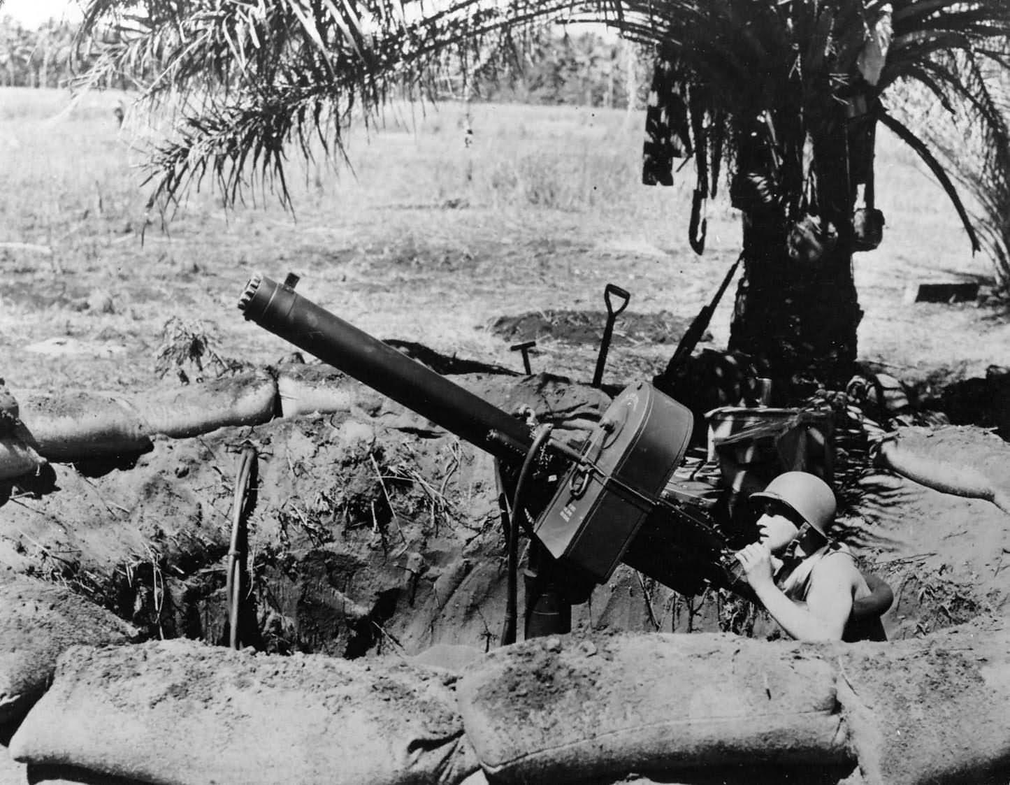 Marine at Browning .50-cal (12,7 mm), water-cooled antiaircraft machine gun – Guadalcanal 1942