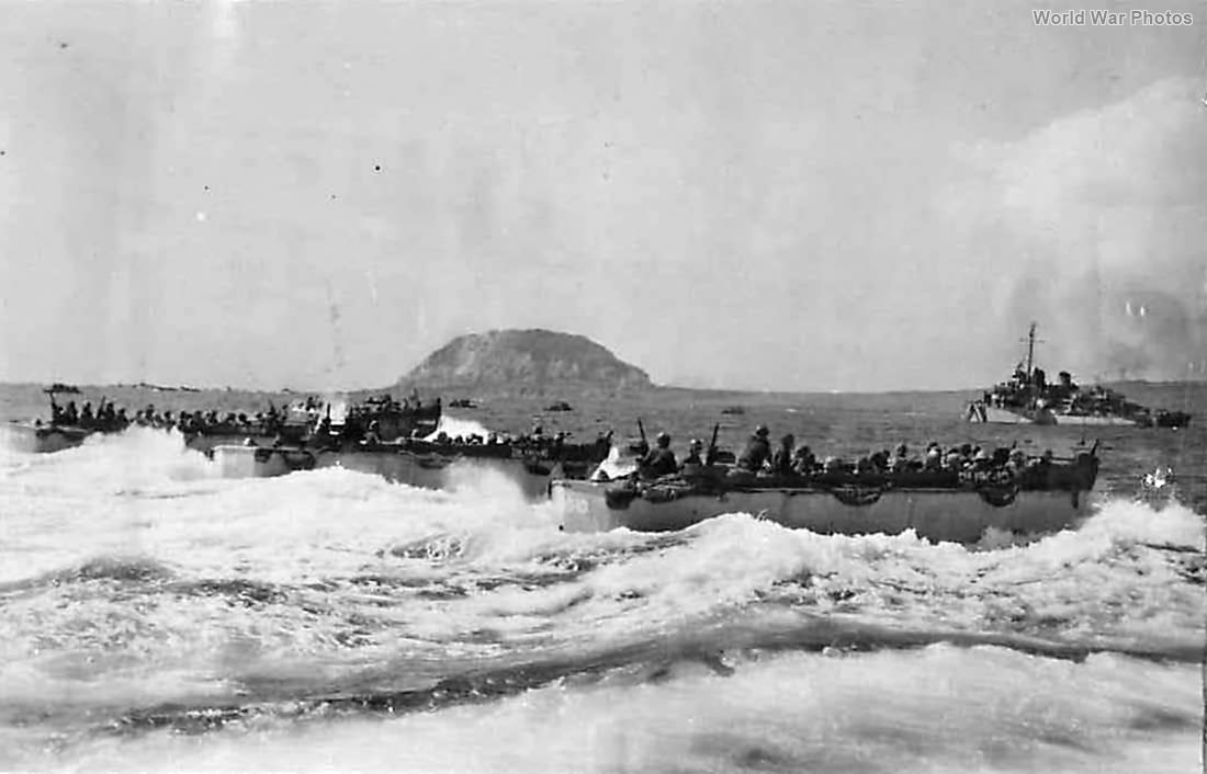 LCVPs from USS Pickens carry 4th Division Marine to Iwo Jima Beach