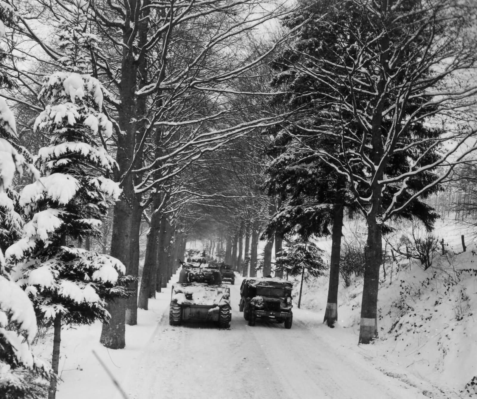 DC´s Amerikaner - Seite 2 75th_Infantry_Division_M4_Sherman_Trucks_Relief_in_Place_82nd_ABD_Bulge_Belgium