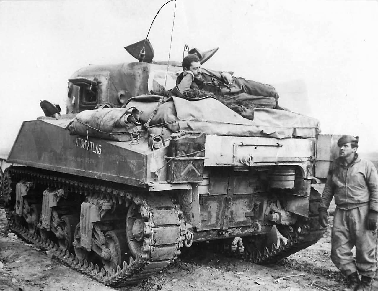 "Sherman M4 - avec tourelle de 76 mm - Tamiya 1/35 ""utopie"" - Page 3 Tank_Crew_Atop_M4_Sherman_Tank_named_Atom_Atlas_near_Cisterna_1944"
